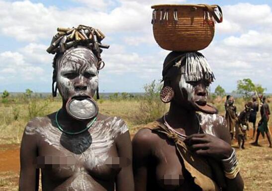 非洲大嘴族女人,嘴里放盘子(嘴越大身价越高)