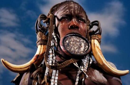 世界上嘴巴最大的民族,莫西族少女十岁割唇放盘