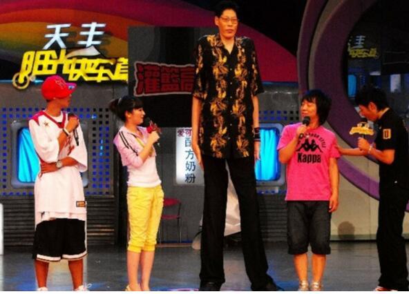 亚洲第一高人,黄长求身高2.42米(比鲍喜顺还高)