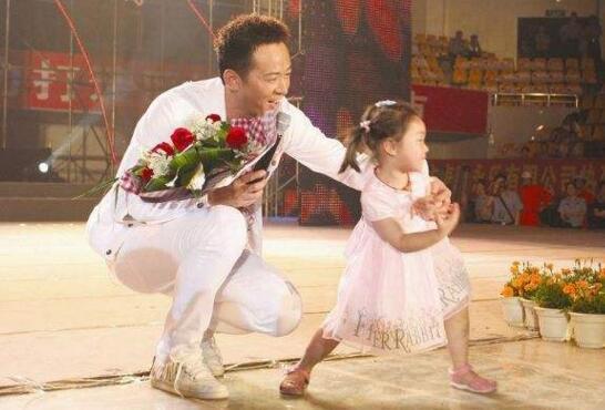 李玉刚老婆和女儿_李玉刚老婆和女儿照片,隐婚生八岁混血女儿 — 度哥世界之最