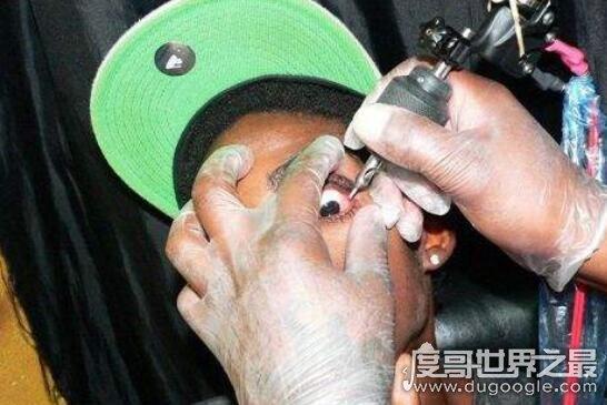 恐怖的眼球纹身图片,在眼白注射颜料(胆小勿入)