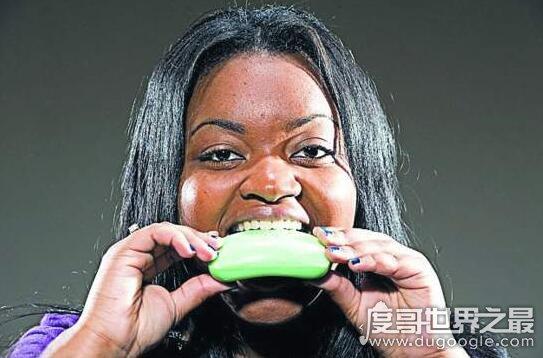 世界十大奇葩异食癖患者,现实版吃土少女喝汽油
