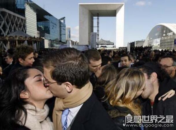 世界上接吻最快的人,和42位男子接吻,获吉尼斯纪录(www.souid.com)