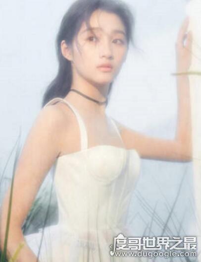 关晓彤的胸比基尼照片,平胸胯宽只剩一双大长腿