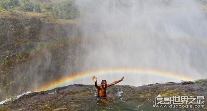 魔鬼池是世界上最危险的游泳池,位于110米高瀑布顶端