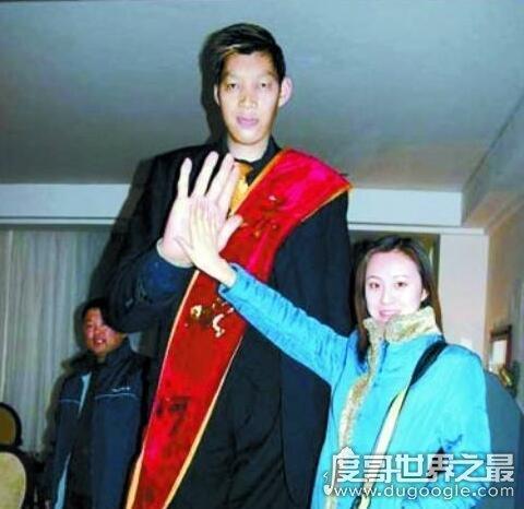 亚洲第一巨人王峰军,身高255公分比姚明还高29公分