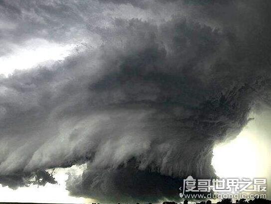 恐怖的水龙卷,能将水卷到云层中(危险度不比龙卷风小)
