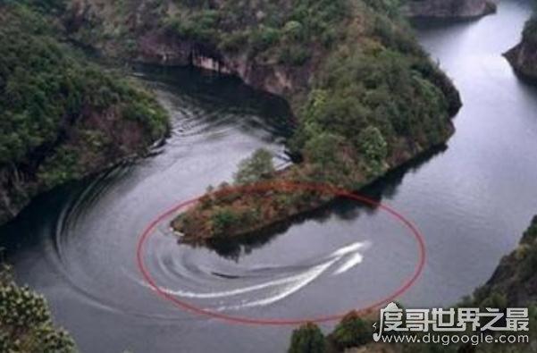 马来西亚惊现巨蛇nabau,长着龙头体长约达30多米(真实性遭质疑)