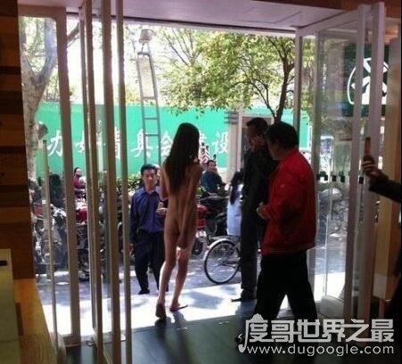 女子步行街裸舞引众人围观,疑是患有精神疾病