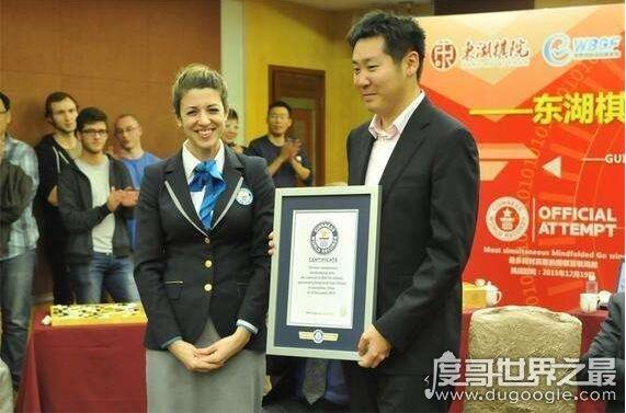 围棋盲棋世界第一人,鲍橒(盲棋1对5全胜获吉尼斯纪录认证)