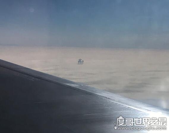 在飞机上拍到的神仙,有人乘坐飞机拍到在云层上活动的人