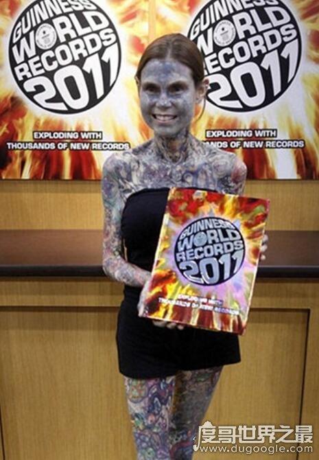 世界上纹身最多的女人,朱莉亚·吉娜斯(连私处也未能幸免)