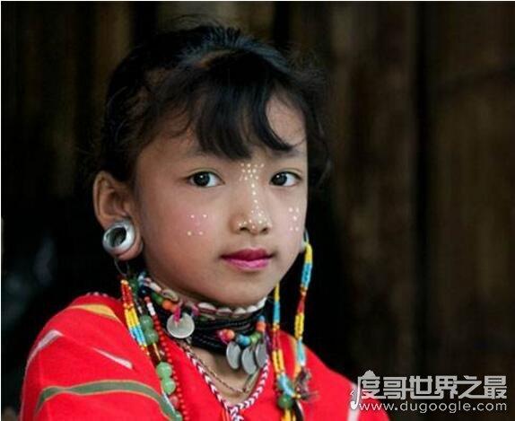 世界上耳洞最大的人,卡拉·凯威(耳洞直径达11厘米)