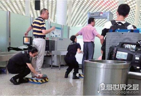 青岛机场安检诡异微笑,一男子为了好玩口含打火机闯安检
