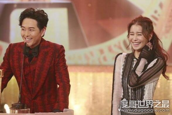 颁奖典礼上萧正楠公布婚讯,太太黄翠如感动落泪两人现场热吻