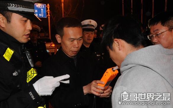 男子朋友圈炫违法,嘚瑟过头被热心网友举报(被民警追责)