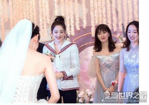 娜扎接到新娘捧花,打扮低调参加闺蜜婚礼接到捧花超开心