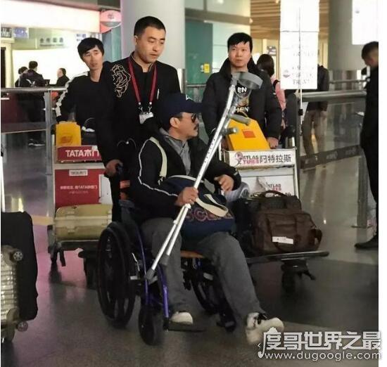 吴京坐轮椅现身机场,怀抱拐杖疑是因新戏旧伤复发
