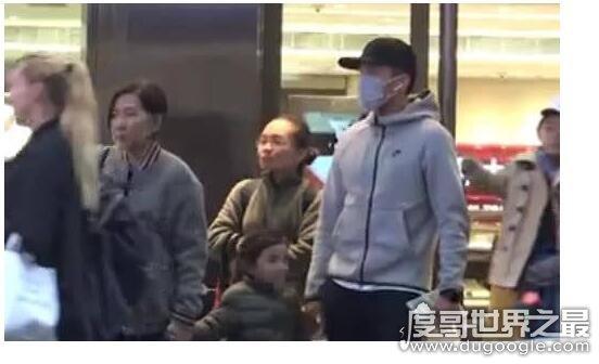 刘恺威带女儿逛街,父女关系超好小糯米还当众向爸爸求抱
