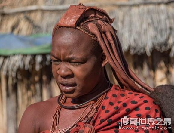 世界上最脏的女人,她们以脏为美一生都不洗澡(用牛粪当饰品)