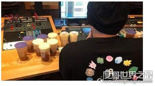 周杰伦开始录歌了,朋友带奶茶探班(新专辑即将完成让人期待)