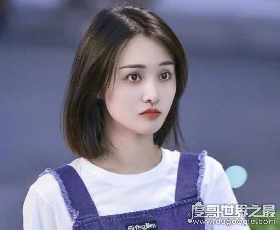 郑爽身高168CM,娃娃脸的她看起来很小只但身高比例却很不错