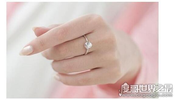 订婚戒指戴哪个手指,一般来说左手中指戴戒指表示已订婚