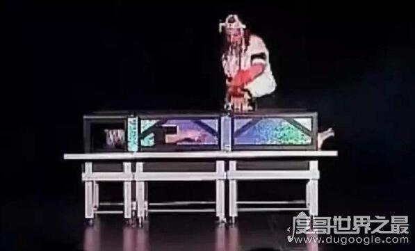 多赢计划吉林快三_世界十大魔术失误,电锯魔术失误后将妻子给锯死(视频)(emagine-group.com)