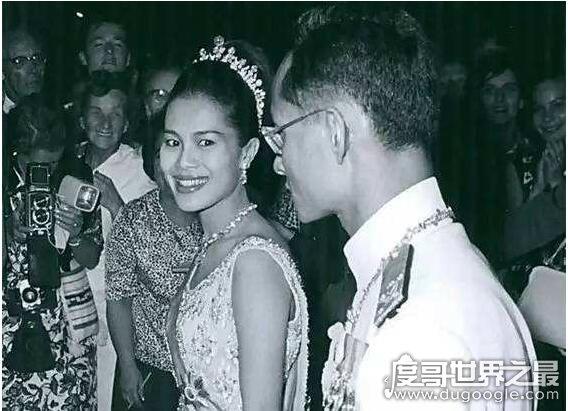 泰国王后睡遍了明星,诗丽吉婚内出轨男保镖(被国王原谅)