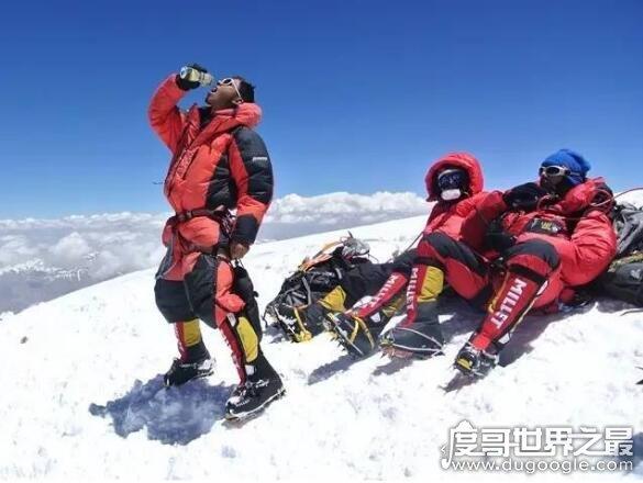 因珠峰闻名的夏尔巴人,是攀登珠峰的最佳向导(收入高风险大)