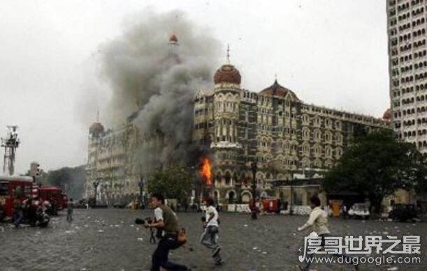 """電影孟買酒店事件真實回顧,遭""""恐怖分子""""長達60小時的屠殺"""