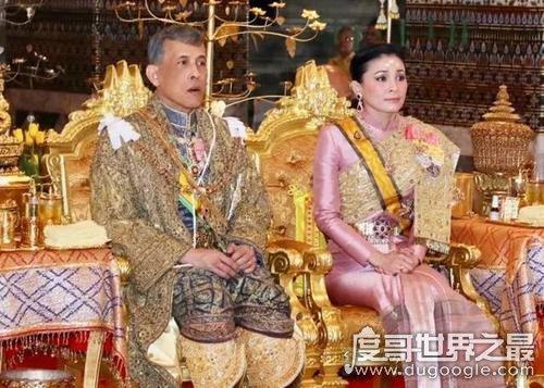 泰国国王眼睛怎么瞎的,出车祸致其右眼失明(已于2016年去世)