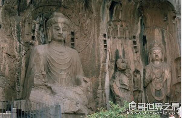 """龙门石窟中的最大佛像,卢舍那大佛(也被称为""""武则天""""像)"""