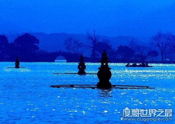 三潭印月的来历,传说那三座石塔是菩萨镇压黑鱼精的香炉脚