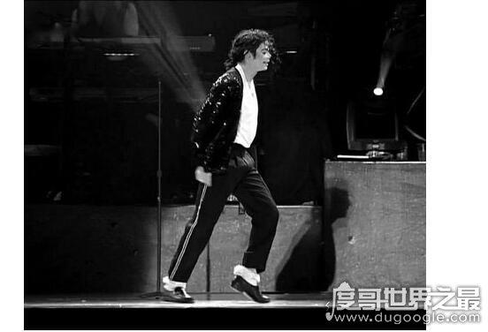 太空步是谁发明的,由迈克尔·杰克逊最先命名(是他的标签舞步)