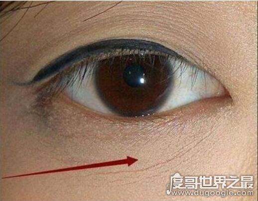 卡粉是什么意思,粉底及粉质彩妆卡在肌肤纹理中(卡出一条条线)