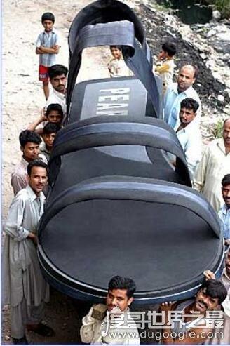 世界第一大的凉鞋,长3.93米/宽1.46米(打破吉尼斯世界纪录)