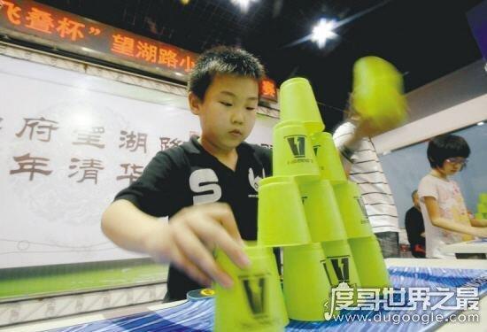 飞叠杯世界纪录,男子组最快纪录是1.363(女子组最快是1.424)