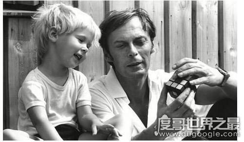 魔方是谁发明的,厄尔诺·鲁比克(1974年发明的魔方系列玩具)