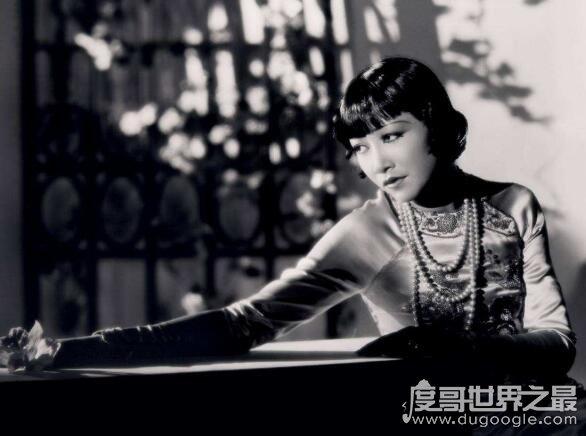 第一位进入好莱人�x�_了坞的华人演员,黄柳霜(14岁就参演了首部电他��如今也是多影)